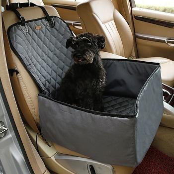 Kutya utazás közben az autóban, autós kutyaülésben