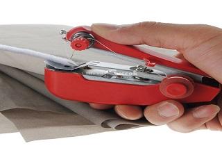 A kézi varrógép kis helyet foglal, de profi munkát végez.